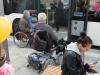 mit Rollstühlen in den Bus
